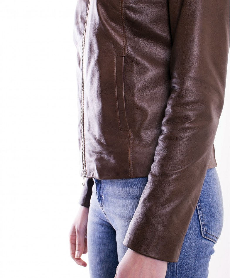 giacca-in-pelle-comfort-fit-da-donna-con-zip-centrale-e-girocollo-marrone-p151 (5)