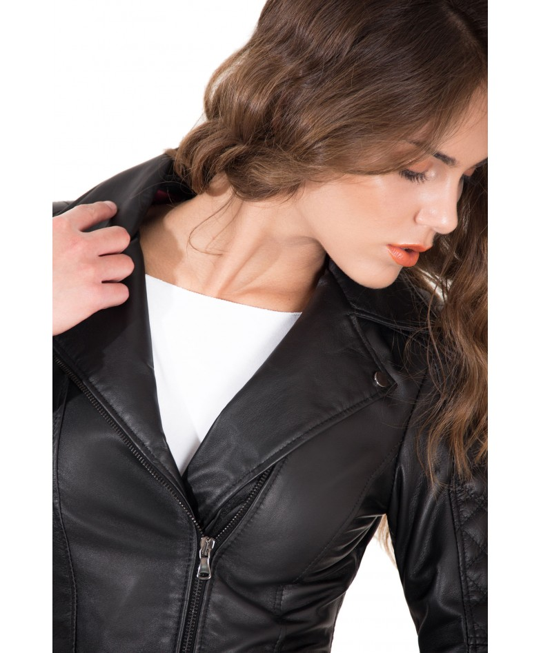 giacca-in-pelle-donna-trapuntata-sulle-spalle-modello-chiodo-biker-zip-trasversale-colore-nero-nadia (5)